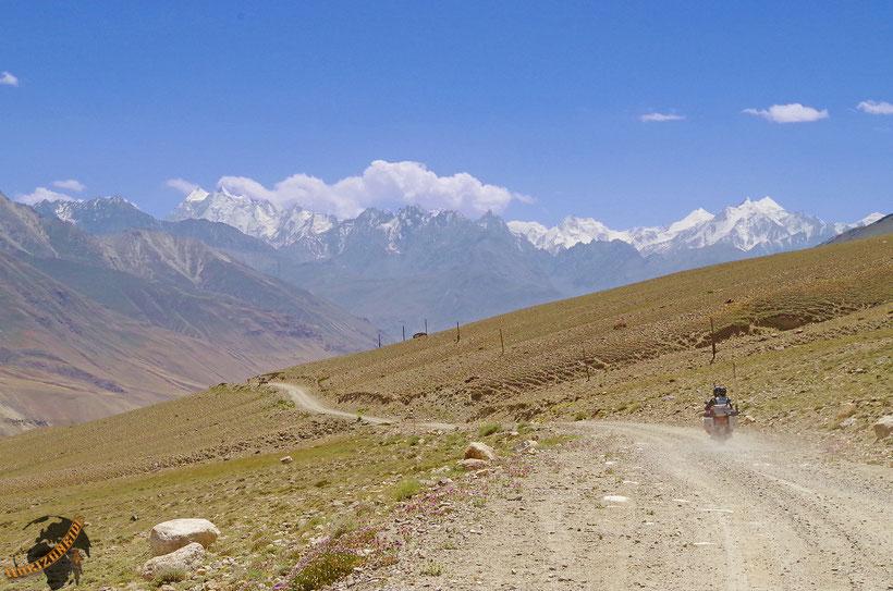 Die Zacken des gewaltigen Hindukusch immer vor Augen: die Straßen des Pamir an der afghanischen Grenze.