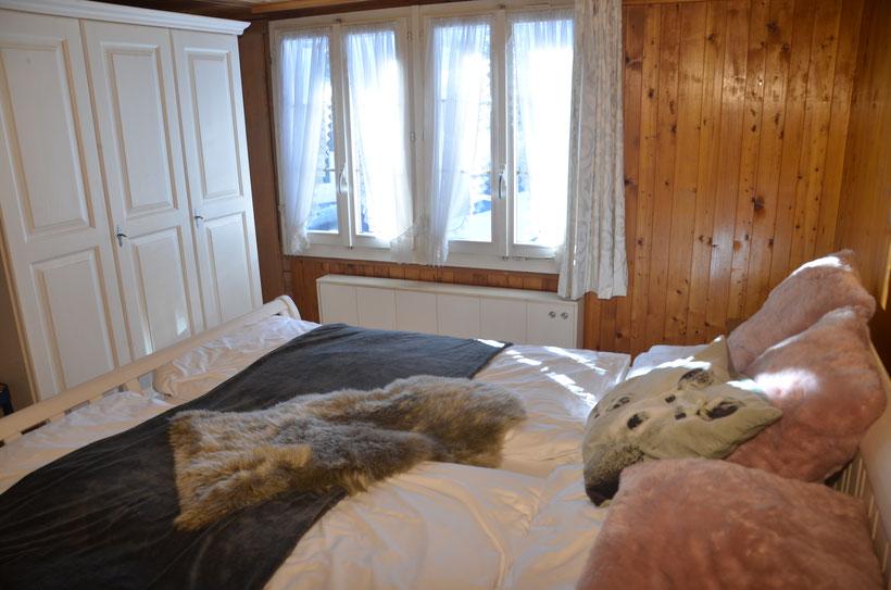 zweites Schlafzimmer Chalet Fluehblüemli Grindelwald www.chaletfluehbluemli.ch