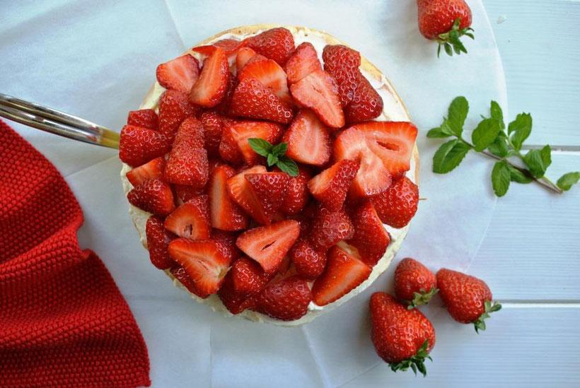 Erdbeer-Torte mit Rhabarber - einfaches Rezept