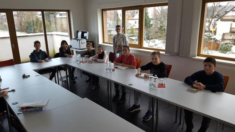 Die Klassensieger v.l.n.r.: Tobias (6c), Lina (6c), Antonia (6b), Vanessa (6d), Sanja (6a), Moritz (6a), Ibraim (6b). Es fehlt: Mario (6d). Im Hintergrund: Vorjahressieger: Elias (7c)