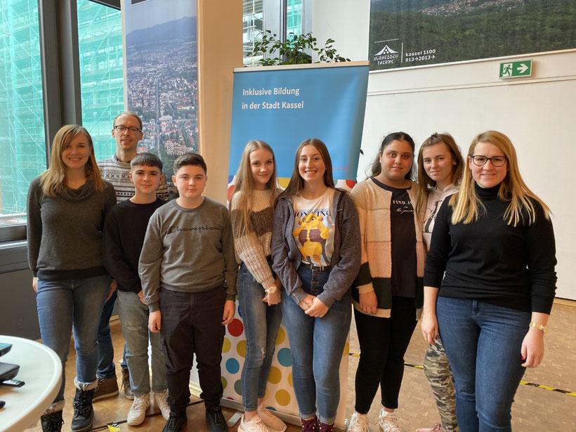 Von links nach rechts: Die Moderatoren  Fabiana und Milan, die Schüler Fabian, Ervin, Aleksandra, Lara, Elinaz, Jasmina, Klassenlehrerin Claudia Weiß