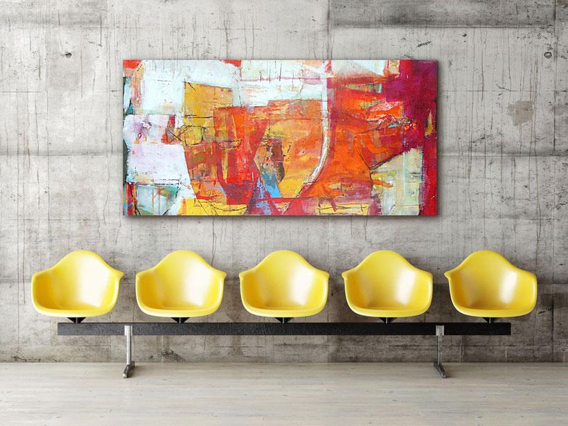 Gemälde von Günter Klaußner in modernem Beton-Ambiente mit gelben Sitzschalen