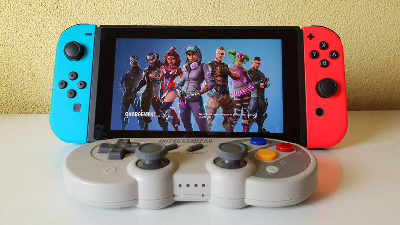 Manette 8Bitdo SF30 Pro connectée à une Nintendo Switch et Fortnite