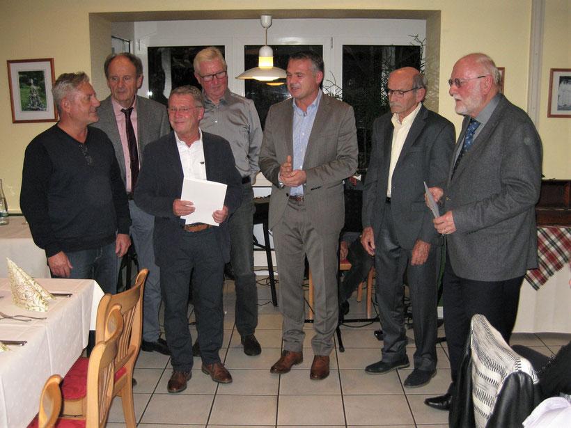 Bürgermeister Frank Kiefer gratuliert der Mannschaft zur Meisterschaft.