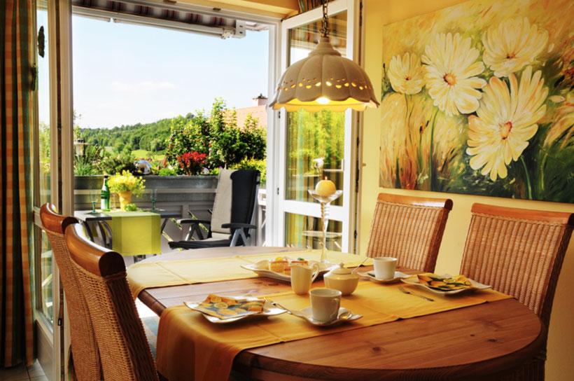 Zimmeraussicht der Ferienwohnung Dorfzauber mit schön gedecktem Kaffeetisch
