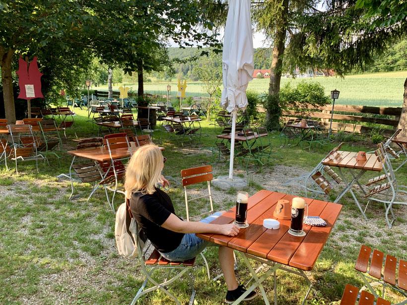 idyllischer Biergarten in End im Schwarzen Adler ca. 800 Meter von den Ferienwohnungen in Schwabthal mit Blick auf das Landhaus Staffelstein