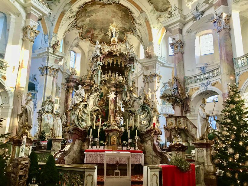 Vierzehnheiligen zu Weihnachten mit einem  prachtvoll geschmückten Nothelfer Altar