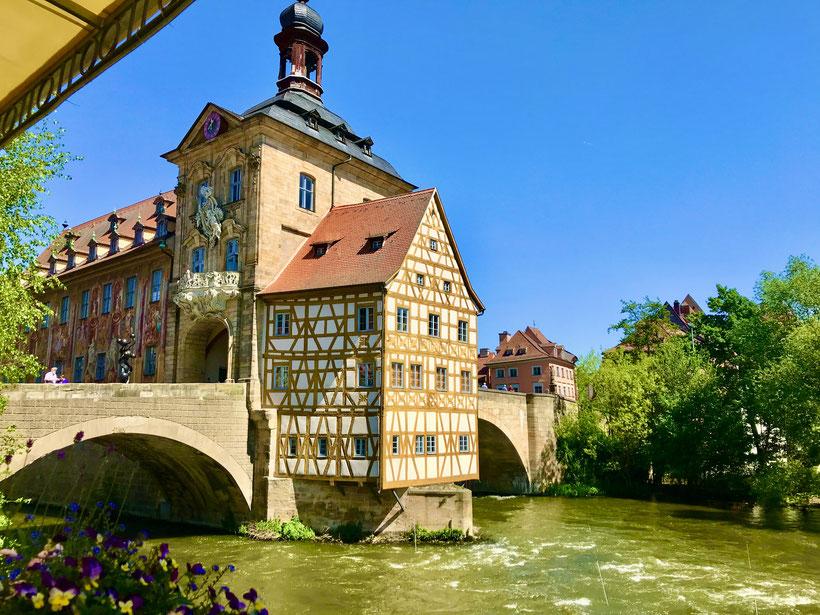 das alte Rathaus in Bamberg des Wahrzeichen der Stadt und beliebter Treffpunkt für alle Besucher