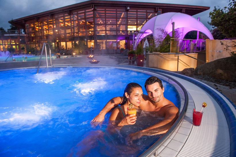 entspannen im Thermenmeer der Obermain Therme in Bad Staffelstein mit einem Cocktail ganz relaxt von unseren Ferienwohnungen  in Schwabthal super erreichbar