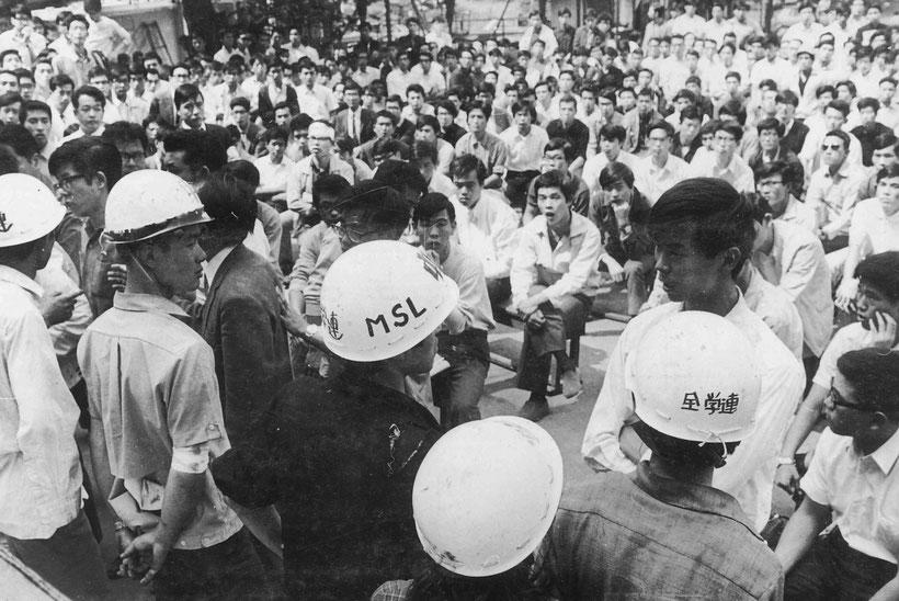 左翼学生と対峙する勝共の学生たち