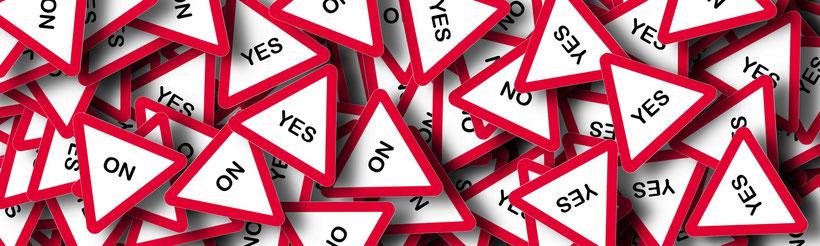 Warnschilder auf denen YES und NO steht.