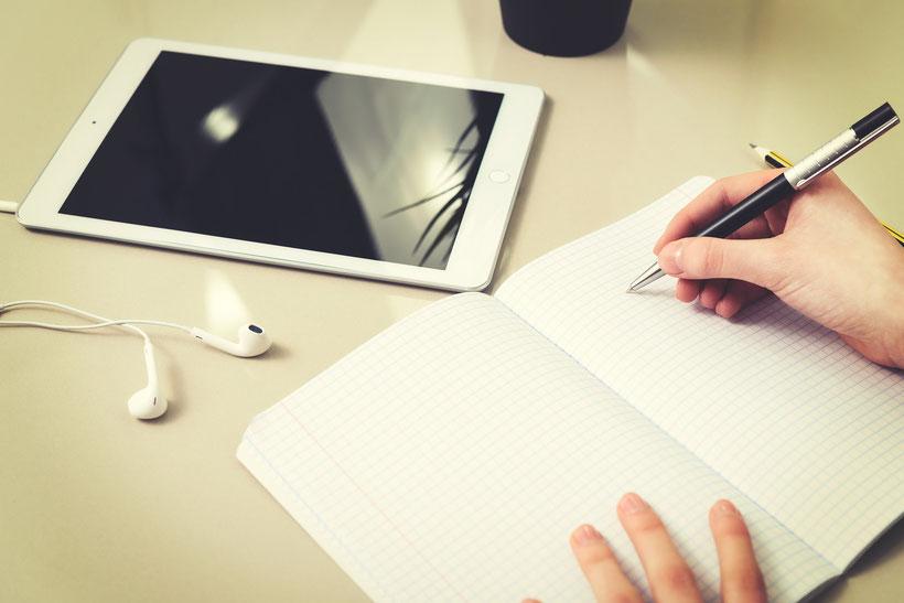 Fragebogen ; Tablet ; aufschreiben ; nachdenken