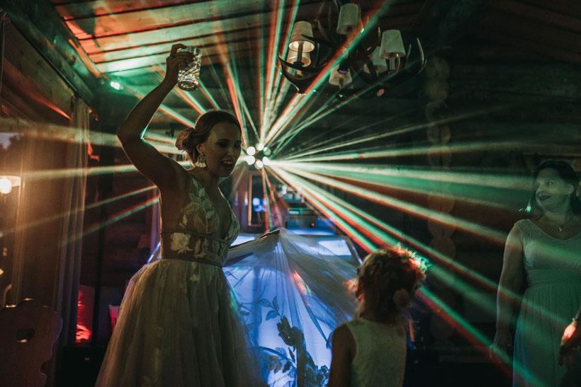 Hochzeitsfeier / Braut tanzt / Gute Laune / lachen