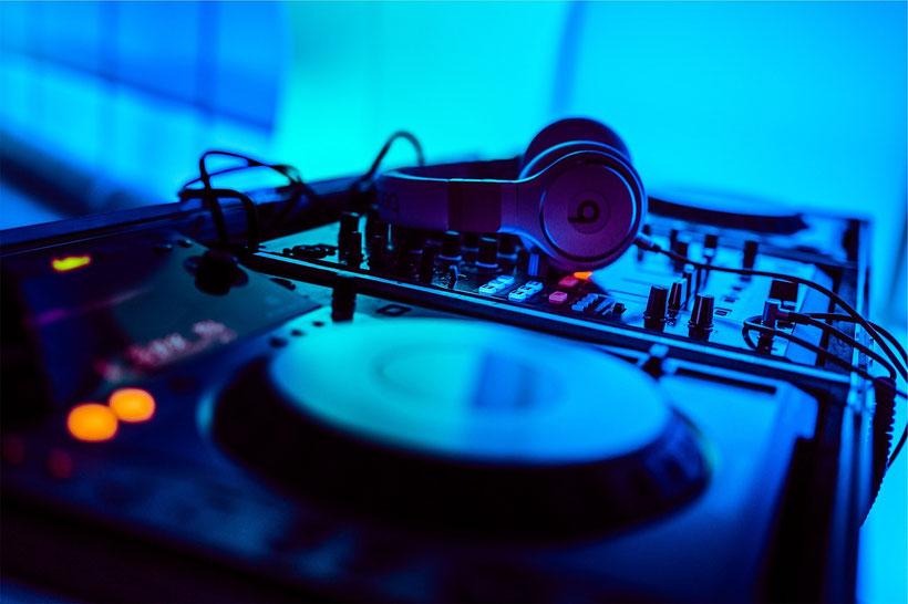 DJ Technik / Lichtsteuerung / MacBook Pro / Denon MCX8000 / DasLight /