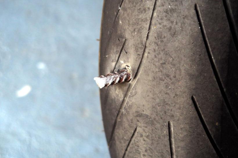 Pneu Michelin Pilot Power 3 transpercé par un fer à béton.