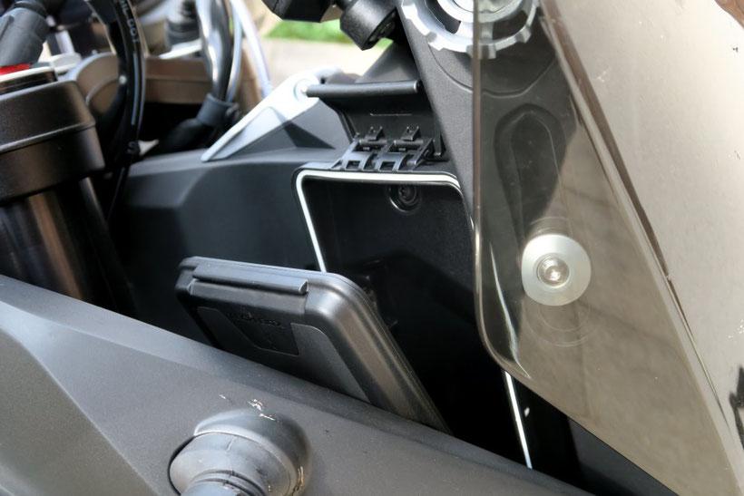 Un rangement étanche et connecté pour votre smartphone