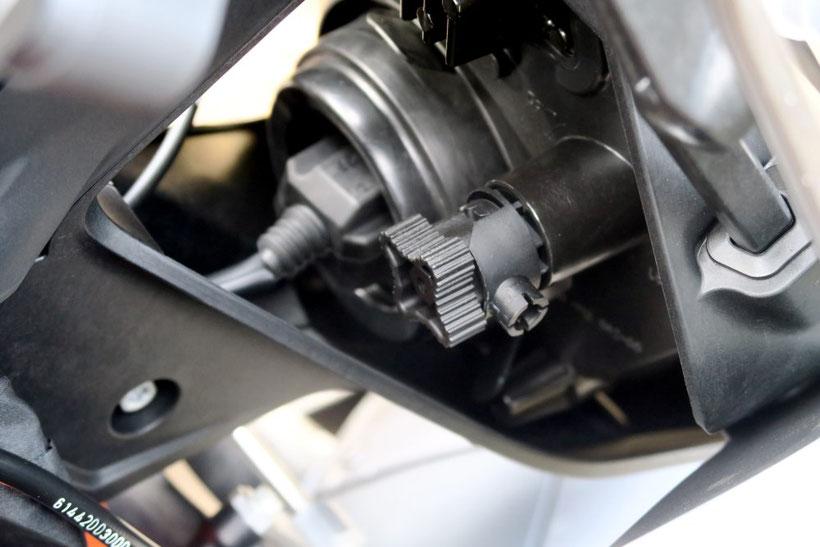 Le phare de la KTM 1290 Superduke GT se règle à l'aide de cette molette très accessible