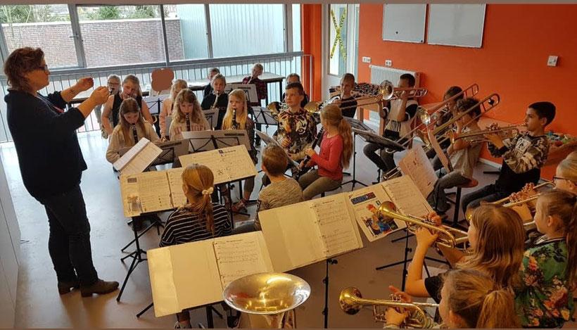 Het Klasse!Orkest net voor hun debuutoptreden van 25 maart 2018