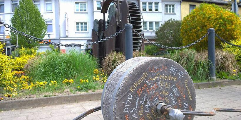 """Auch durch Iserlohn rollte der """"Stoning Roll"""" mit dem in vielen Sprachen aufgemalten Begriff """"Frieden"""". Foto: Flossbach"""