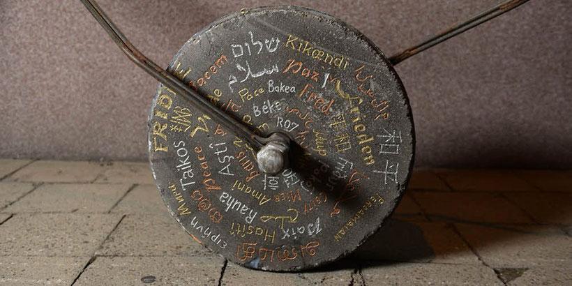 Aufrufe zum Frieden in Symbolen und verschiedenen Sprachen zieren den 128 Kilogramm schweren Stein. Foto: Andreas Stedtler