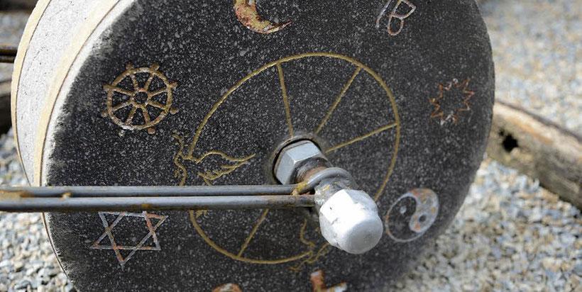 """Symbole der großen Weltreligionen auf der einen Seite, auf der anderen Seite das Wort """"Frieden"""" in vielen verschiedenen Sprachen. Der """"Stoning Roll"""" von Michael Flossbach. Foto: Luhr"""