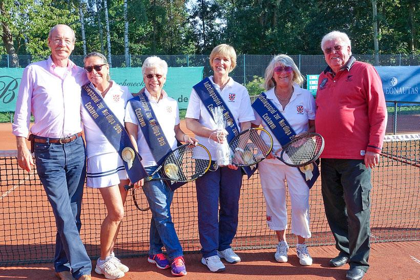 """Super-Sieg im 60. Jahr: Die Tennis-""""Damen 60"""" von der T.S.G. mit dem Vereinsvorsitzenden Claus Lecher (ganz links) und Sportwart Uli Beutel (ganz rechts)."""