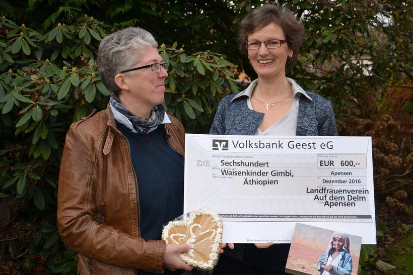 Elke Meyer von der Kirchengmeinde Ahlerstedt freut sich über eine Spende von 600 € für das Hilfsprojekt in Gimbi/Äthiopien