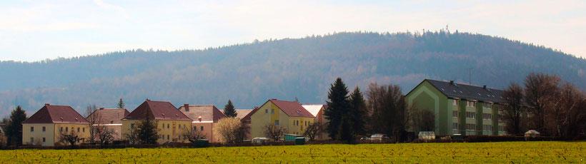 Die Häuser der Genossenschaft mit Klosterberg im Hintergrund