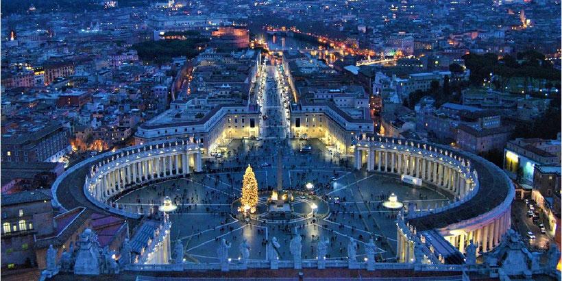 Aussicht von der Kuppel des Petersdoms auf den Petersplatz