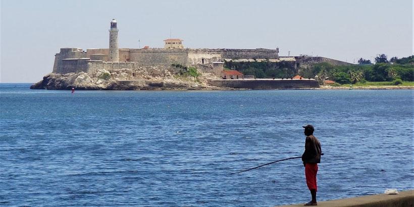 Aussicht vom Malecon auf die Festung Castillo de los Tres Reyes del Morro in Havanna, Kuba