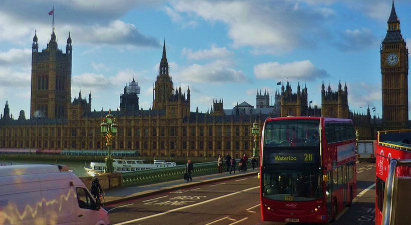 Money saving tips London: Take the city bus for a sightseeing tour