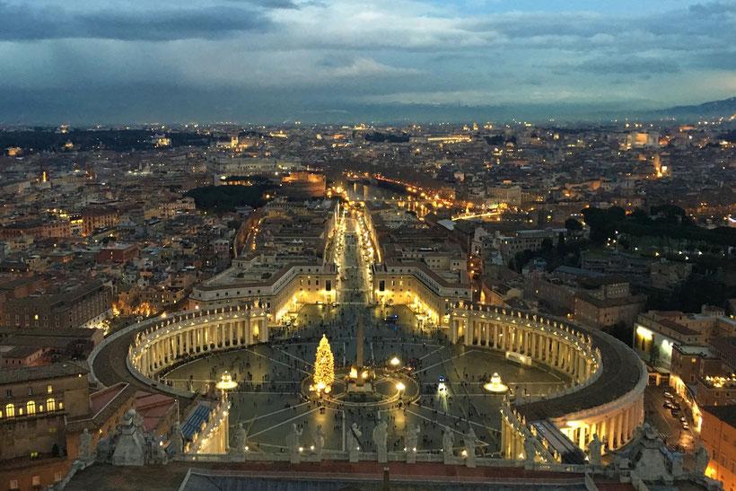 Fotoparade - die schönsten Fotos von Reisezielen in Europa - Ausblick von der Kuppel des Petersdoms  auf den Petersplatz in Rom