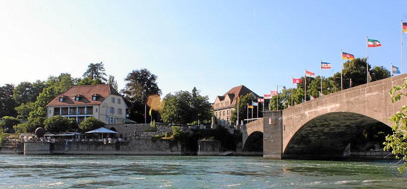 Blick von der Rheinbrücke auf die Rheinterrasse