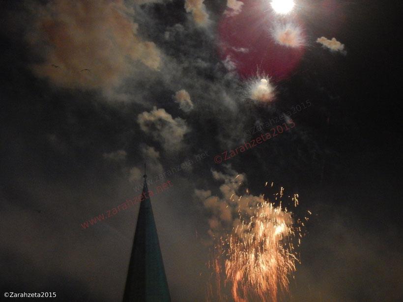 Bizarres Feuerwerk am Nachthimmel