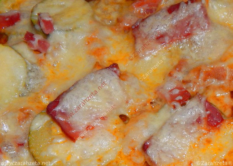 Pizza mit überbackener Zucchini