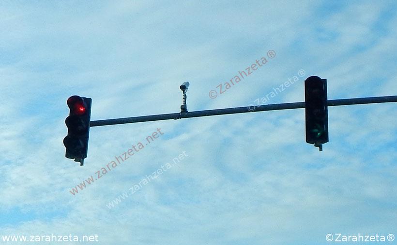Ampelanlage mit Kamera vor blauem Himmel