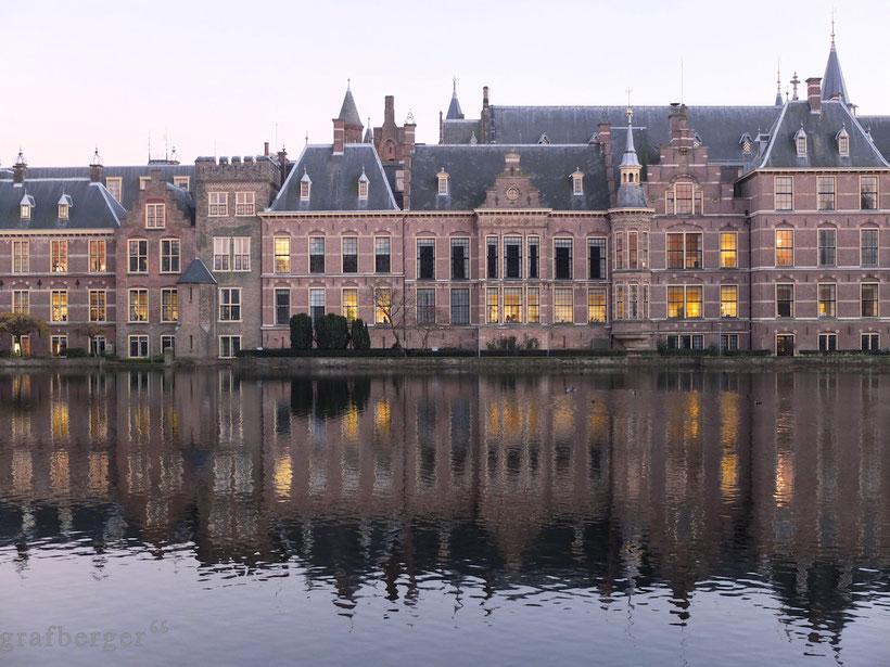 Der Binnenhof von Den Haag in der Abenddämmerung