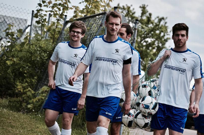 Torschützen unter sich: Sebastian Strauß freut sich wie Bolle, Lucas Barthelmeß bleib kühl und lässig bei den Temperaturen, und Suttor ist ganz erstaunt von Habelts HÄBBRICK! Nice Dudes!