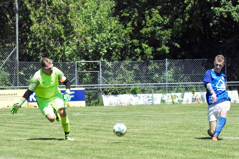 Rein damit: Alexander Herbst umkurvt den Spielführer und Torhüter der SG Colmberg/Oberdachstetten und schiebt überlegt ein. Für Herbst war es das letzte Spiel für den FC Erzberg-Wörnitz. Die Reserve gewann verdient mit 6:1. Herbst erzielte 3 Tore.