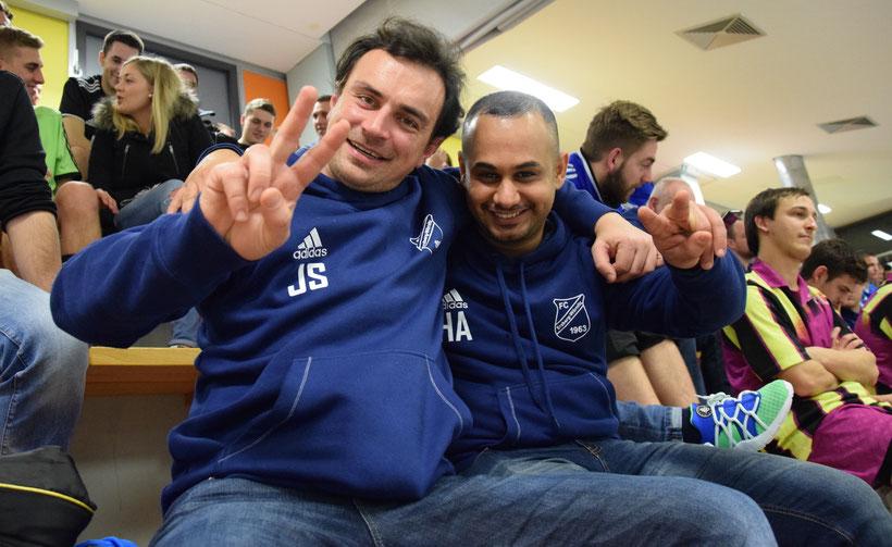 Warum historisch werden die meisten fragen: Na wegen ihm hier! Hussein Shanshal Sabr ist der erste Iraker, der bei einem Fußballspiel für den FC E-W auflaufen und neben Johannes Scheder(li.) sitzen durfte. Für alle Seiten war es eine große Ehre.