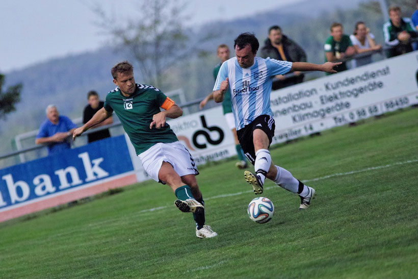 9,8 Punkte für die Synchronität: Benjamin Bär und Johannes Scheder im Zweikampf. Bär erzielte den ersten Treffer in der Partie und leitete somit die Derbyniederlage des FCE ein. Für das Team von Klaus Scheder gab es diesmal keine Punkte zu holen.