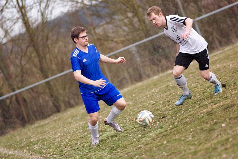 In Strauß und Braus: Hochkonzentriert agiert Sebastian Strauß auf dem Rasen gegen den TSV Dürrwangen. Wieder ein Torloses Remis, auch er konnte daran nichts ändern. Naja, dann halt nächstes Mal.