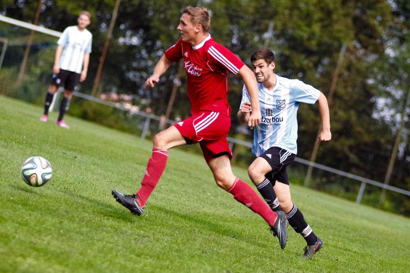 Moritz Lang vom SV Segringen und Stefan Strauß vom FC Erzberg-Wörnitz im Duell