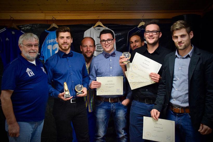 Die Gewinner des Abends: Vorstand Hermann und Moderator Ganske gratulieren den Siegern Marc Suttor, Andreas Payer, Julian Waldmann, Jan Neusser und Stefan Strauß.