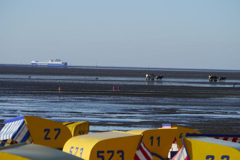 Strandkörbe, Schiffe und Wattwanderer vor Cuxhaven Duhnen