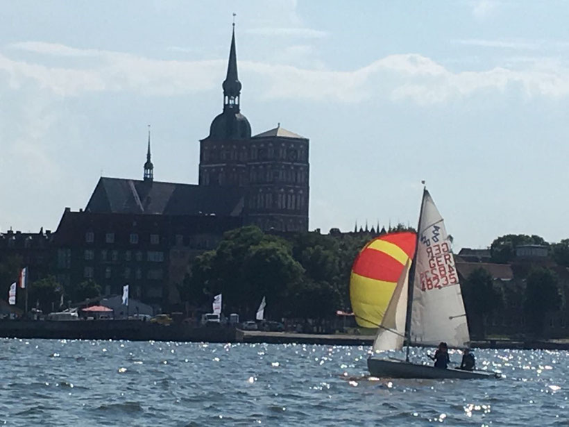 Lin Weiß und Nele Böttger mit ihrem 420er auf Regattakurs vor Stralsund