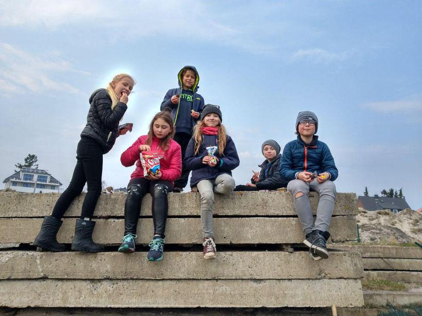 Janina Ohlrich, Corali Csisko, Louis Vagt, Kira Kannape, Peer Weiß und Marten Behrens sind zur  Prüfung für den Jüngstenschein im Segeln angetreten.