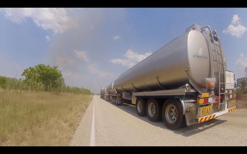 Roadtrain - unglaublich riesig und man sollte beide Hände am Lenker haben