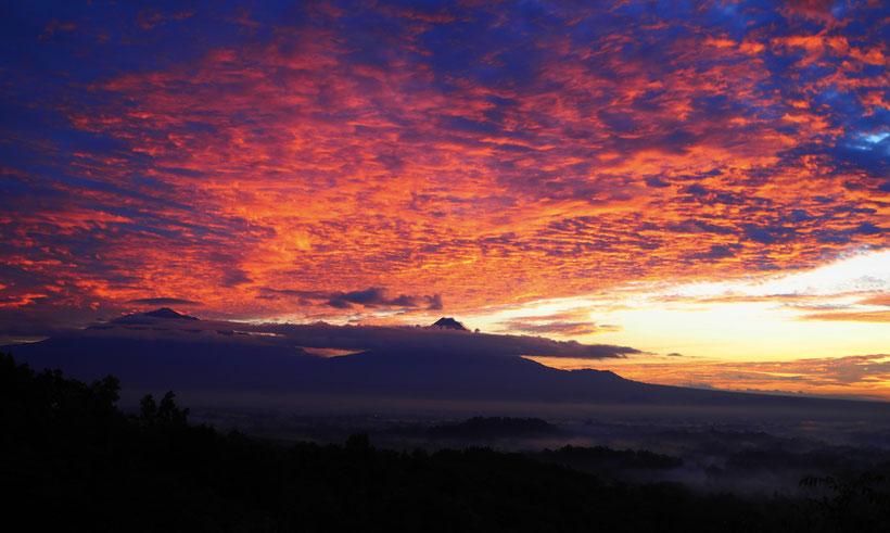 Sonnenaufgang Borubudur mit den zwei Vulkanen Merapi und Merbabu