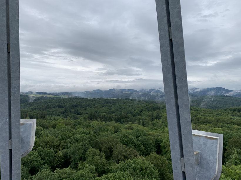 Kurze Regenpause: Blick vom Eichbergturm in Richtung Schwarzwaldhöhen beim Hühnersedel